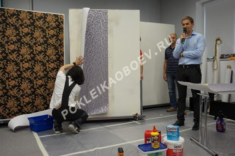 Демонстрация технологии нарезки обоев с использованием специального оборудования.