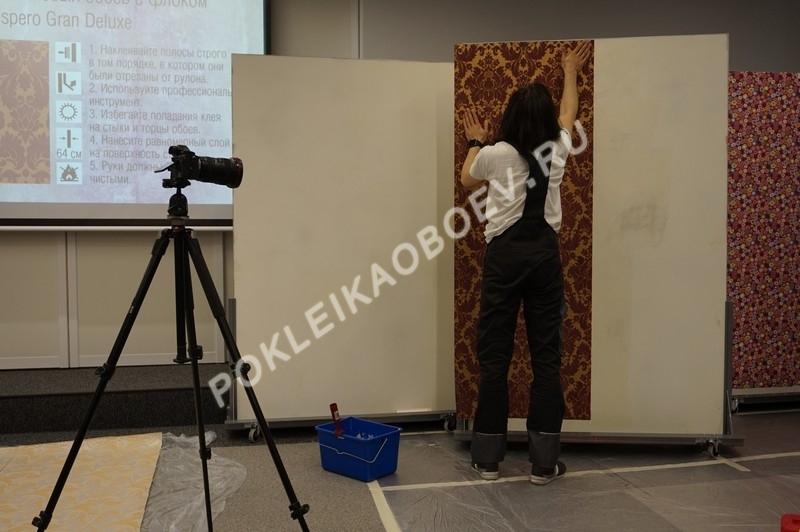 Демонстрация образцов с крупными орнаментами. Особенности нарезки и поклейки полотен с редким повтором рисунка.