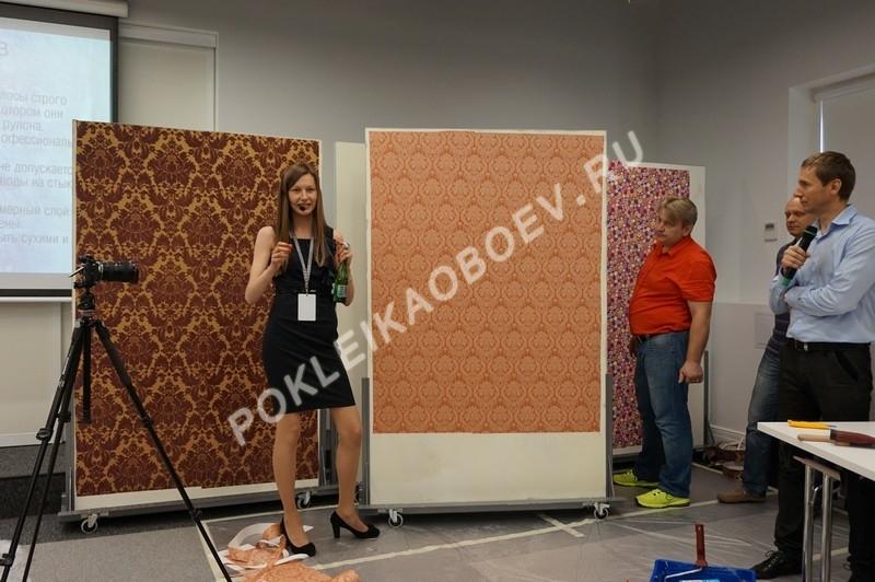 Технология поклейки текстильных обоев внахлест для дальнейшей подрезки с целью получения идеального, едва заметного глазу, шва.