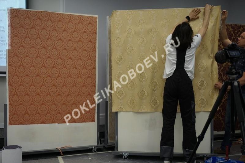 Подготовка к поклейке бесшовного текстильного полотна.