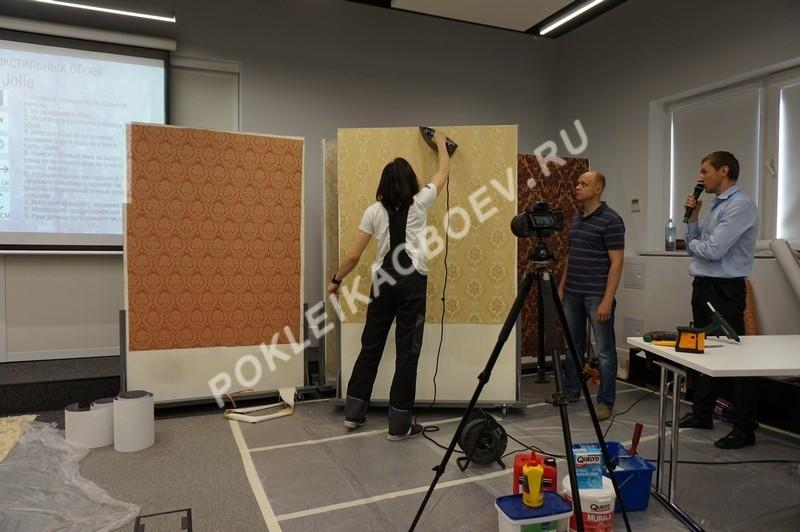 Поклейка бесшовного текстильного полотна на обработанную клеем поверхность.