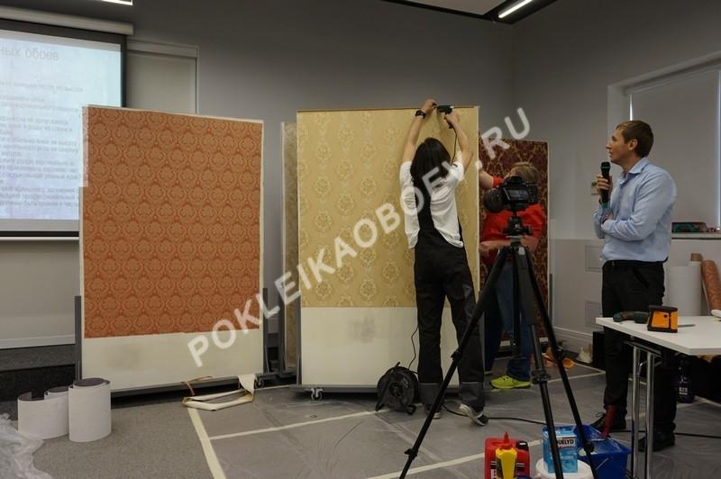 Использование утюга для разглаживания наклеенного на стену полотна