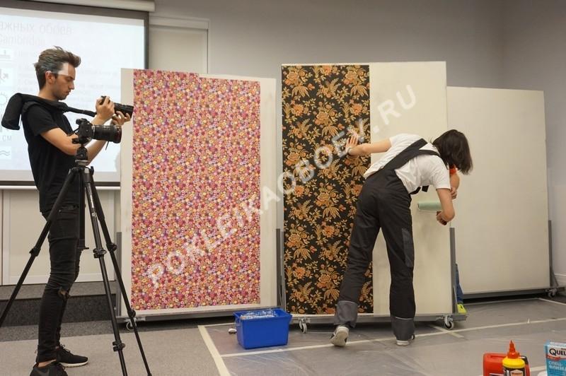 Мастер продемонстрировал процесс нарезки флизелиновых полотен со сложным растительным рисунком.