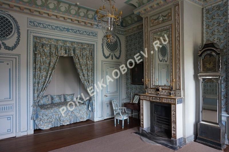 Спальня в голубых тонах с элементами привычного для 18-го века декора