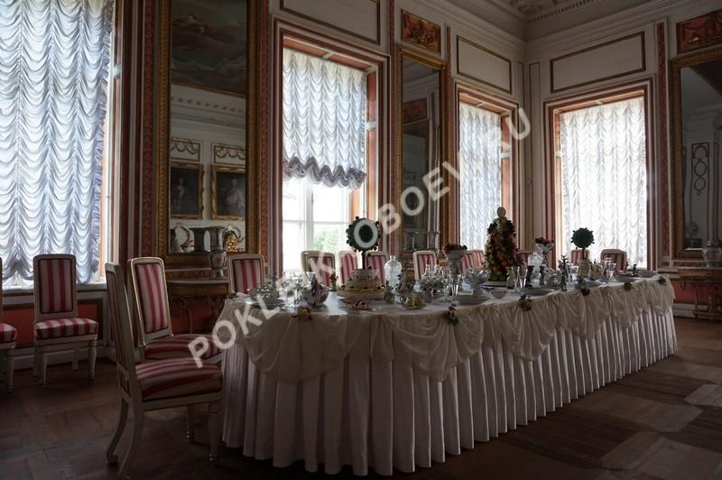 Зал для проведения торжественных обедов и ужинов с минимальным количеством текстиля на стенах