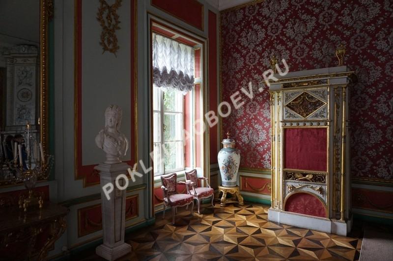 Малиновая гостиная, отделанная шёлком в ярких насыщенных тонах