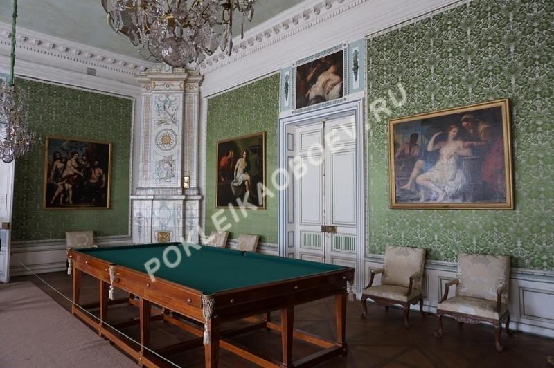 Зелёный шёлк украшает стены зала с бильярдным столом