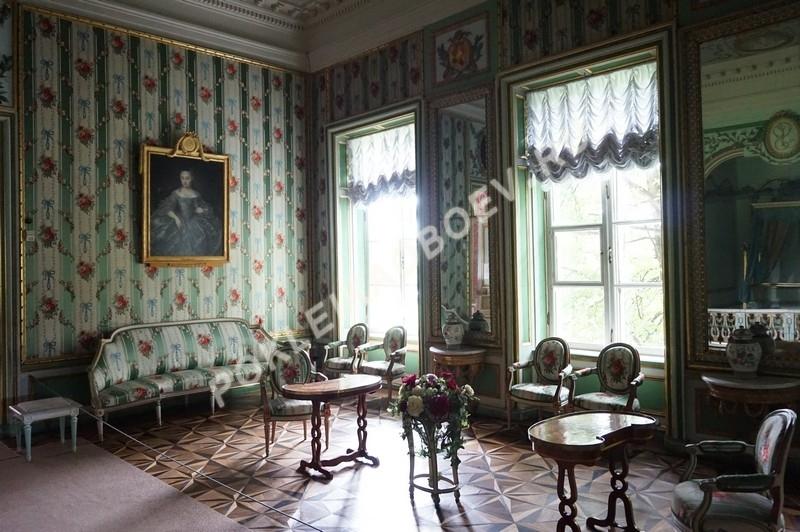 Нарядная парадная спальня с изысканными шёлковыми обитиями, резными и золочёными элементами декора