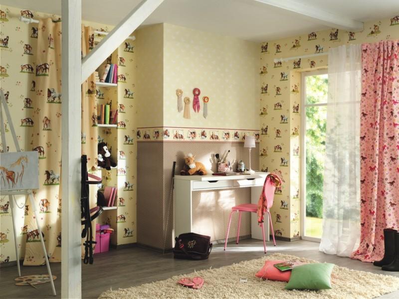 бордюр может обрамлять яркий, насыщенный или, наоборот, пастельный участок стены за изголовьем двуспальной кровати хозяев